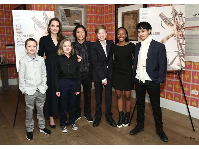 Hồi đầu tháng 3, cả 6 người con của Angelina cùng tới dự lễ ra mắt phim tài liệu Serendipity tại Bảo tàng Nghệ thuật Hiện đại ở New York.