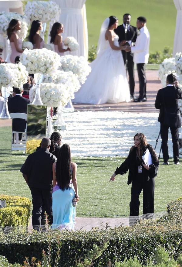 Trong khi rapper 25 đang làm lễ với cô dâu Kirsten Corley trước linh mục cùng 150 vị khách, vợ chồng Kim mới bước vào.