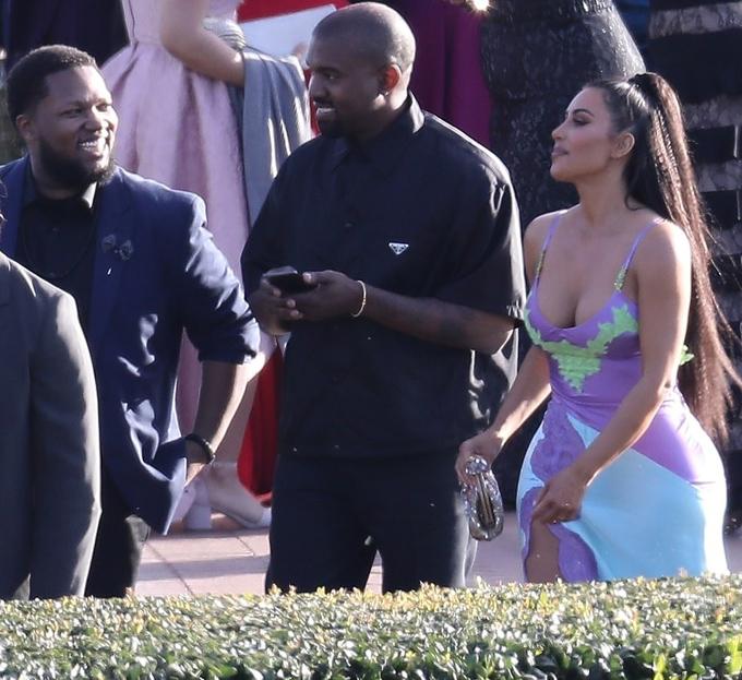 Kanye West vui vẻ gặp gỡ các đồng nghiệp tại đám cưới.
