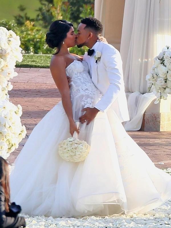 Rapper Chance The Rapper (tên thật là Chancelor Jonathan Bennett) kết hôn với người đẹp Kirsten Corley sau 6 năm hẹn hò và có một cô con gái 5 tuổi. Chance The Rapper từng đoạt 3 giải Grammy ở hạng mục nhạc rap với album Coloring Book và ca khúc No Problem phát hành năm 2016.