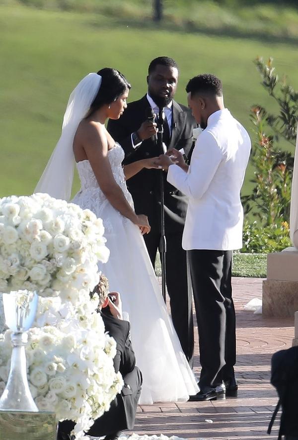 Hôn lễ được tổ chức ngoài trời tại resort ở Newport Beach, California với tông màu trắng thuần khiết.
