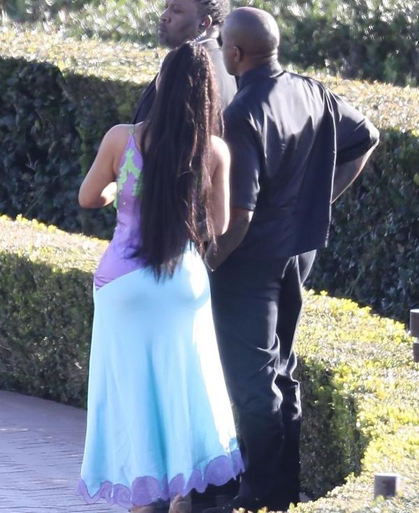 Kim-Kanye đứng phía ngoài theo dõi cô dâu chú rể trao nhẫn và lời thề nguyền.