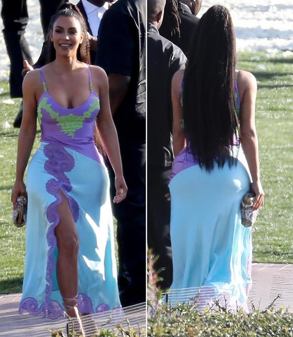 Kim diện bộ đầm lụa của Versace khoe đường cong nóng bỏng.