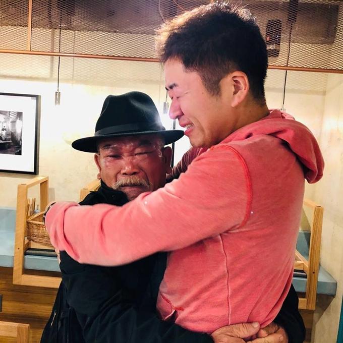 Ông Thìn và anh Kenji Sumi ôm nhau sau ngày khai trương thành công- Ảnh Pho Thin Tokyo