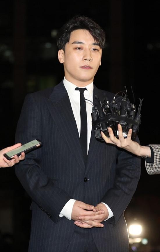 Seung Ri trả lời phỏng vấn của báo chí.