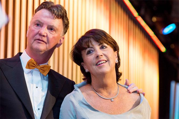 Cựu HLV Van Gaal và vợ, bà Truus bên nhau 14 năm trước khi tổ chức cưới năm 2008.