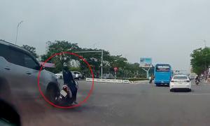 'Nữ Ninja' tạt đầu ôtô bị tông ngã
