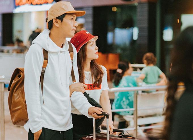 Vợ chồng Quang Tuấn - Linh Phi quấn quýt ở sân bay Tân Sơn Nhất TP HCM.
