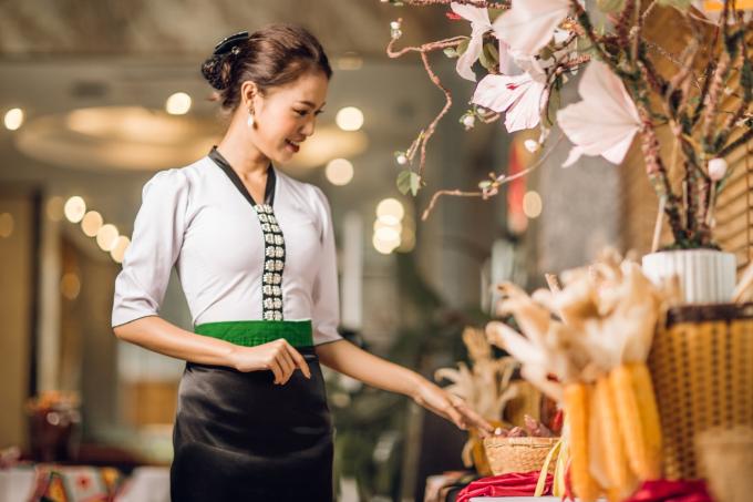 Người đẹp thay một bộ trang phục áo cóm và váy Thái.