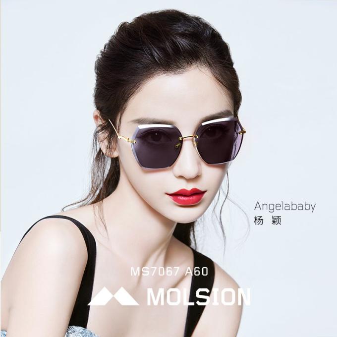 Bộ sưu tập gồm những thiết kế trẻ trung, cuốn hútgóp phần giúp các tin đồ thời trang hoàn thiện phong cách.Nhiều mẫu kính mát Molsion đều ứng dụng tròng phân cực cao cấp chống tia cực tím hiệu quả, bảo vệđôi mắt bạn.