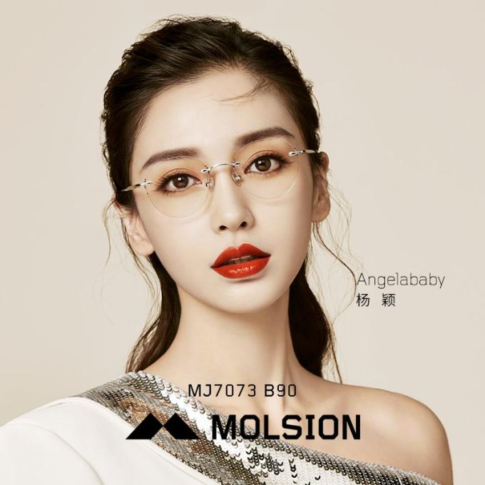 Bộ sưu tập hòa quyện nét đẹp của kính mát vào các thiết kế gọng kính, mở ra nhiều lựa chọn thú vị và thời thượng.