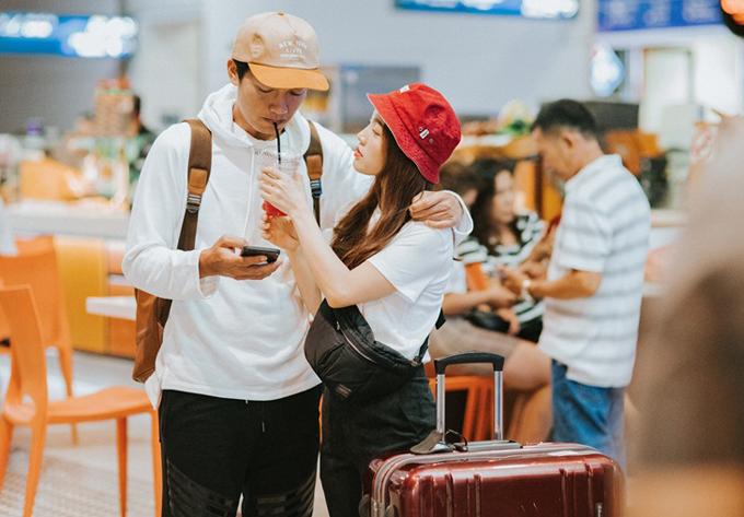 Từ khi kết hôn, đôi vợ chồng luôn đồng hành cùng nhau trong mọi hoạt động. Lần này vì bận việc riêng, ca sĩ Linh Phi không thể đi cùng ông xã.