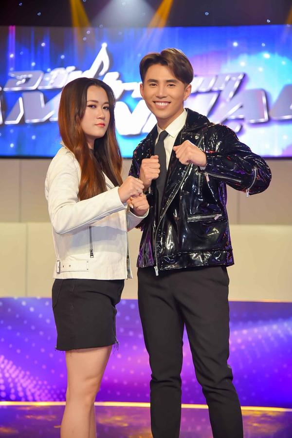 Ca sĩ Will (cựu thành viên nhóm 365) là bạn dẫn của Lâm Vỹ Dạ. Dù bằng tuổi nhau, nữ diễn viên muốn được Will gọi bằng chị trong suốt chương trình.