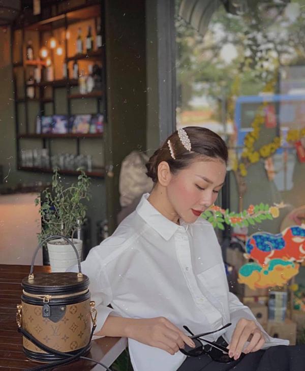 Ngoài túi cặp lồng hot trend, Thanh Hằng cũng tô điểm cho phong cách bằng các mẫu kẹp tóc đang được rất nhiều người đẹp Việt yêu thích.