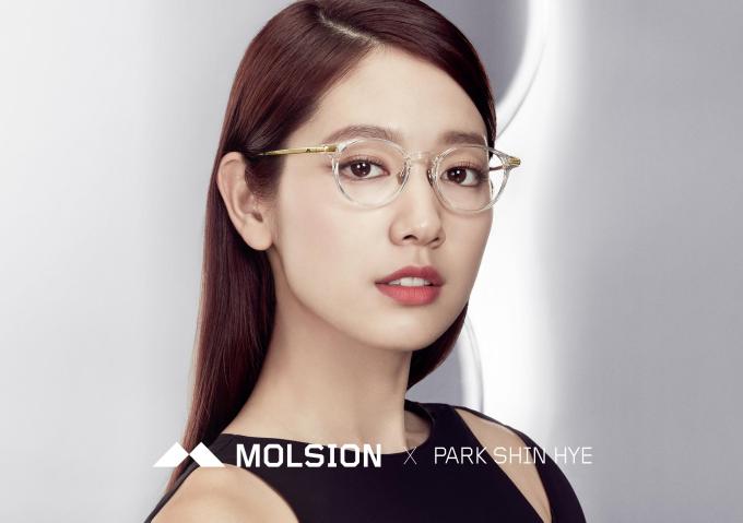 Nữ hoàng màn ảnh Hàn Quốc Park Shin Hye lựa chọn kính Molsion là quân bài đem đến cho cô sự tự do và táo bạo trong phong cách cá nhân.
