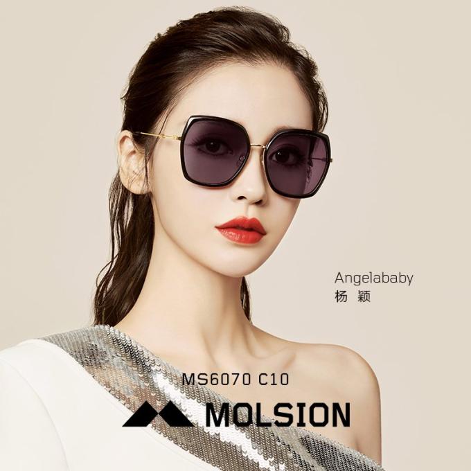 Hãng Molsion cho biết, chất liệu gọng sử dụng cho kính là loạitốt nhất trên thị trường, với kết hợp nhựa acetate, TR90 và hợp kim không rỉ tạocảm giác thoải mái khi đeo.