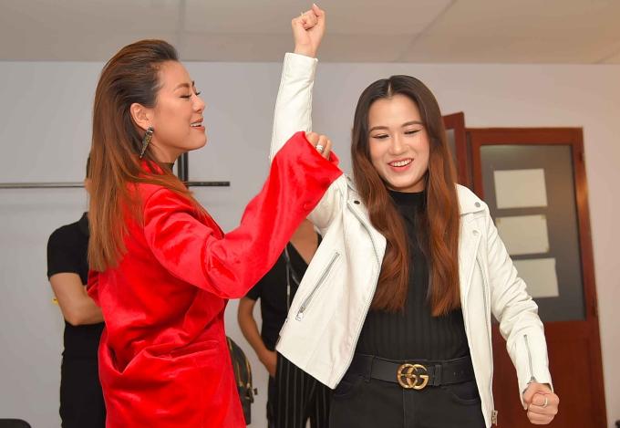 Nam Thư (trái) và Lâm Vỹ Dạ vui đùa trong hậu trường.