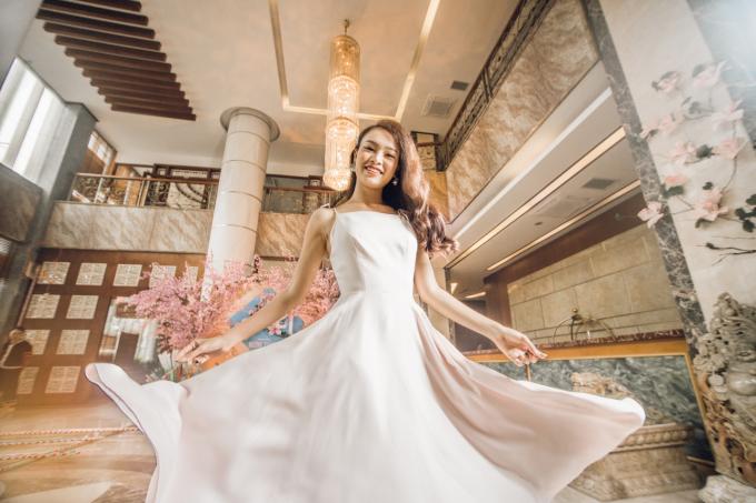 Dịp này, trong chuyến công tác, Phùng Bảo Ngọc Vân - Người đẹp truyền thông của Hoa Hậu Việt Nam 2016 - đã có dịp khám phá Tết Mường Thanh tại khách sạn Mường Thanh. Cô diện một chiếc váy bồng bềnh, tạo dáng như công chúa.