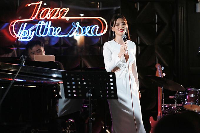 Bùi Lan Hương trong đêm nhạc diễn ra trên một du thuyền 5 saoở Vịnh Hạ Long tối 8/3.