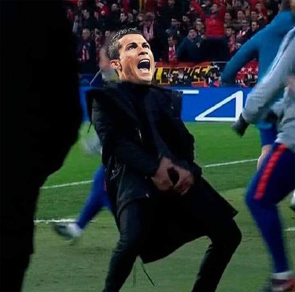 Trận đấu vòng 1/8 Champions League còn gây tranh cãi với màn mừng bàn thắng trả đũa của C. Ronaldo dành cho Simeone. Các fan ghép ảnh mặt CR7 với tư thế ăn mừng phản cảm của Simeone ở lượt đi.