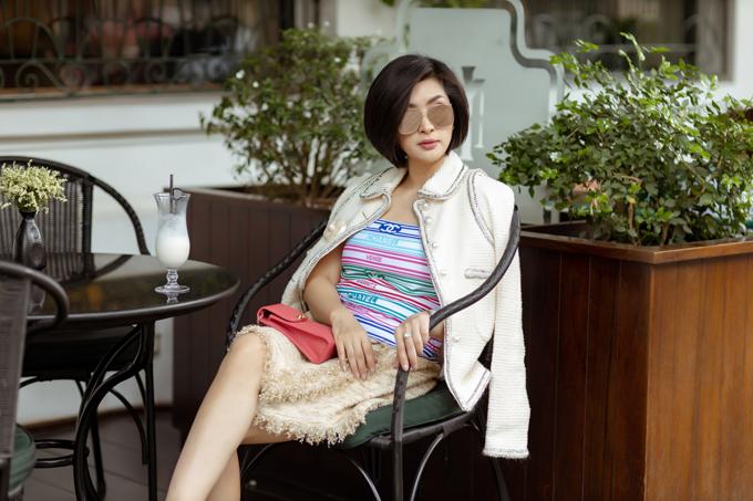 Suit ngắn thời thượng của nhà mốt nổi tiếng cũng được người đẹp chọn lựa để mang tới nét sang trọng cho bản thân.