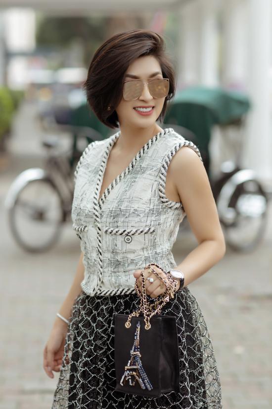 Sau thời gian lăng xê loạt túi Dior mới, nữ ca sĩ chọn lựa trang phục và phụ kiện của Chanel để góp mặt trên đường đua street style cùng sao Việt.