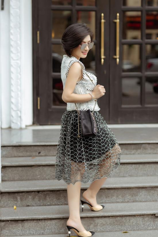 Nữ ca sĩ thường xuyên chọn những set đồ hàng hiệu đến từ những thương hiệu nổi tiếngđể thể hiện phong cách sành điệu không kém cạnh các mỹ nhân showbiz Việt.
