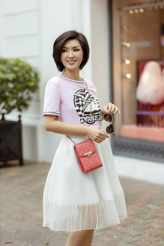 Hồng Nhung chọn các mẫu váy ngắn, áo thun tông màu trang nhã để giúp mình trẻ trung hơn tuổi.