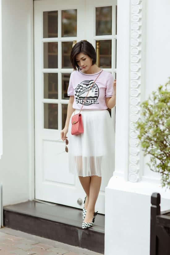 Túi Chanel tông cam hồng hợp mốt được chọn lựa làm điểm nhấn cho set đồ dạo phố của Nguyễn Hồng Nhung.
