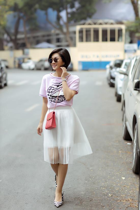 Váy tuyn phối hai lớp mang lai cảm giác nhẹ nhàng và khiến người mặc xinh xắn trong tiết trời chuyển dần sang mùa hạ.