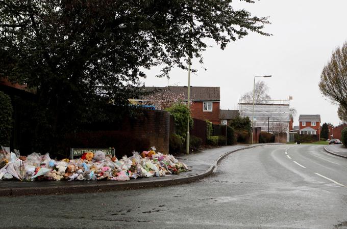 Đám tang ngập gấu bông của 4 đứa trẻ một nhà thiệt mạng vì hỏa hoạn - 11