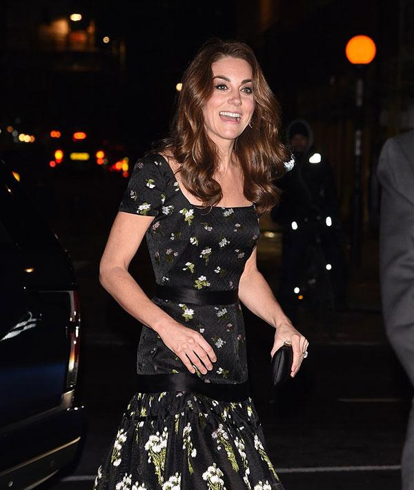 Nữ công tước xứ Sussex diện váy dạ hội của Alexander McQueeen kết hợp cùng đôi bông tai kim cương của Kiki McDonough và cầm clutch hiệu Prada.