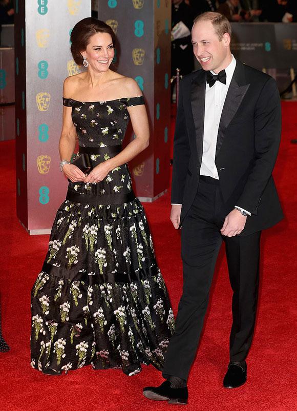 Một phiên bản hở vai của chiếc Alexander McQueen từng được Kate mặc khi dự BAFTAS cùng chồng, Hoàng tử William vào tháng 2/2017.