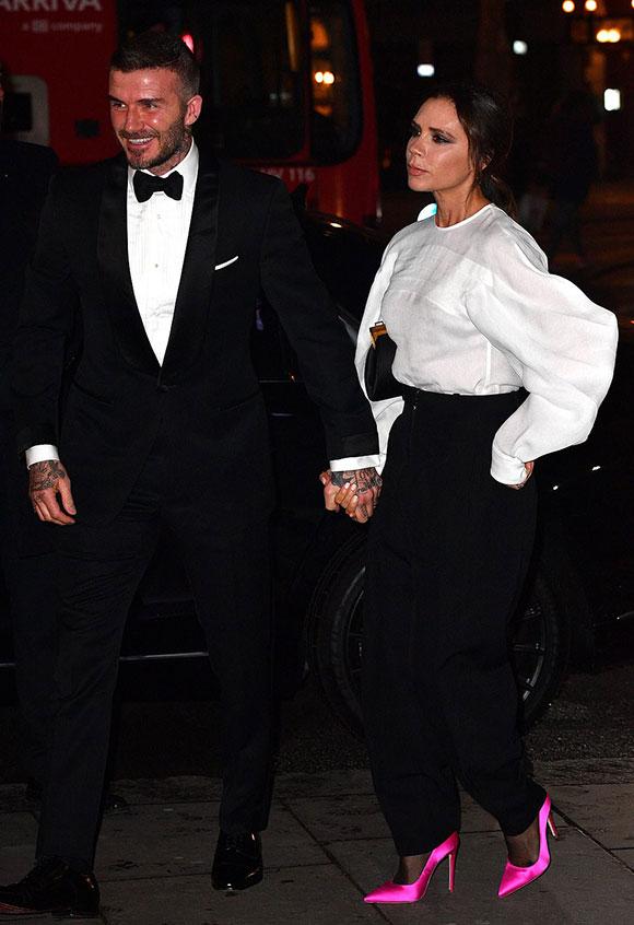 Vợ chồng Becks nắm chặt tay nhau khi đến phòng Trưng bày chân dung quốc gia ở London tối 12/3.