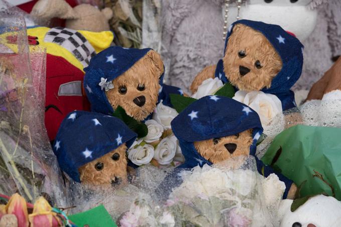 Đám tang ngập gấu bông của 4 đứa trẻ một nhà thiệt mạng vì hỏa hoạn - 6