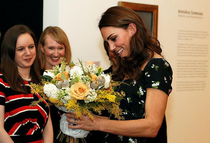 Sau đó, cô được nhận một bó hoa từ các nhân viên của phòng trưng bày.