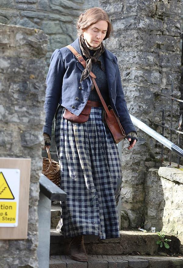 Kate Winslet xuất hiện với vẻ cô đơn của nhân vật Mary Anning.
