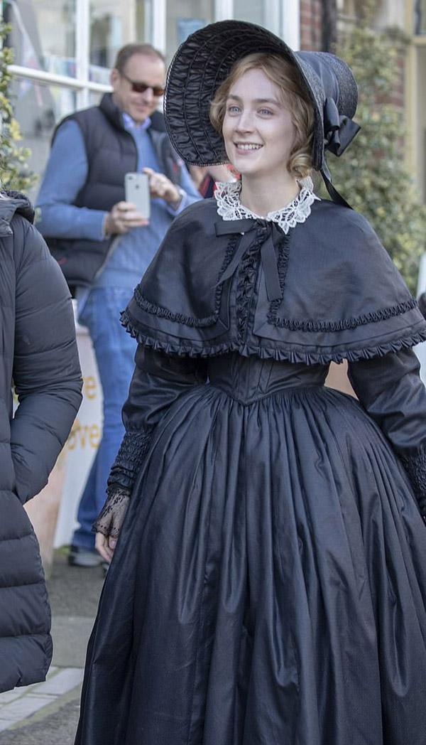 Saoirse Ronan rạng rỡ trên trường quay.