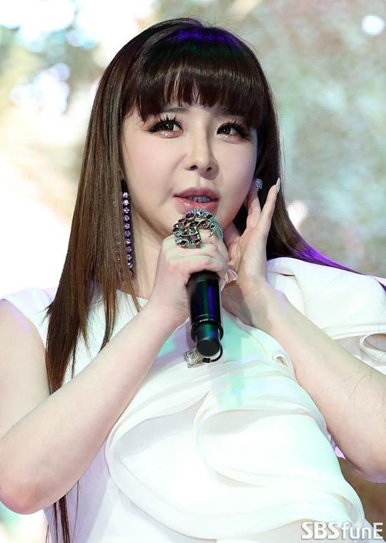 Park Bom dự buổi họp báo chiều 13/3 để ra mắt single mới Spring, tổ chức tại  Ilji Art Hall in Cheongdam-dong, Seoul. Mini album đánh dấu sự trở lại của Park Bom 8 năm kể từ khi ra single cuối cùng Dont Cry năm 2011. Trước đó, năm 2009, Park Bom từng ra mắt solo album đầu tiên You and I, ngay sau đó, ca khúc trở thành hit lớn càng quét tất cả cácBXH tại Hàn.