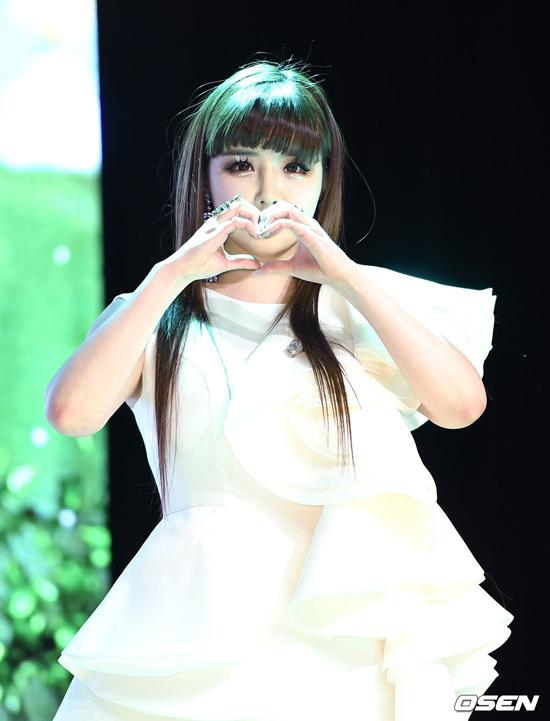 Sát ngày Park Bom trở lại, công ty giải trí vừa đưa ra thông báo chính thức về ồn ào Park Bom sử dụng chất gây nghiện vài năm trước. Thời điểm 2014, nữ diễn viên từngbị chỉ trích nặng nề vì sử dụng thuốc trầm cảm được kê đơn ở Mỹ có thành phần là chất cấm ở Hàn Quốc. Không chịu nổi áp lực dư luận, cô ngưng hoạt động một thời gian. Năm 2016, 2NE1 sẽ tan rã, cô không tiếp tục ký hợp đồng với YG Entertainment.