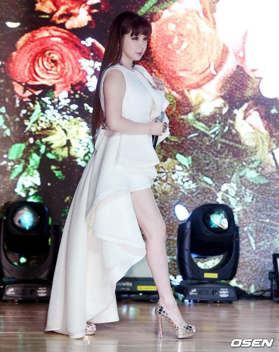 Nữ ca sĩ mặc gợi cảm khi sải bước trên sân khấu sự kiện.