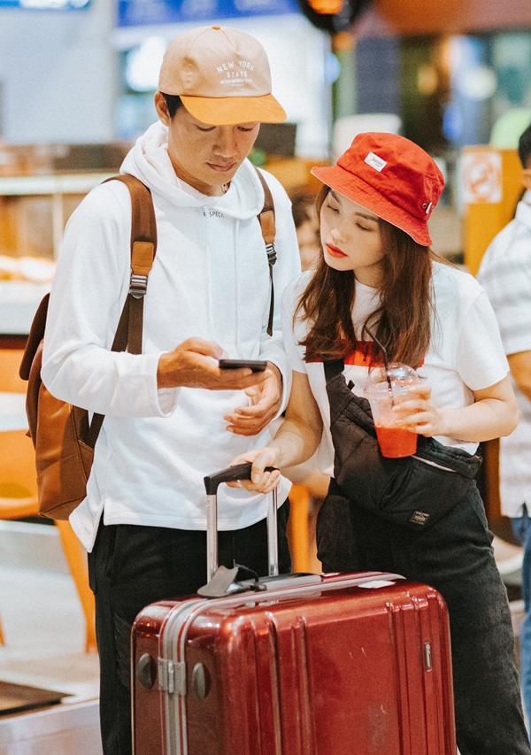[Caption] Những ngày bên nhau lo lắng cho anh mọi thứ, giờ phải mình anh loay hoay với công việc ở Nhật Bản nên Linh khá lo lắng. Nhưng rồi cũng hiểu rằng, hai vợ chồng xa nhau là để biết mình cần nhau như thế nào. Cái quan trọng nhất của hai vợ chồng là sự tin tưởng, thấu hiểu. Dù anh Tuấn đi đâu, Linh Phi luôn tin lòng anh hướng về vợ trọn vẹn - Linh Phi chia sẻ.
