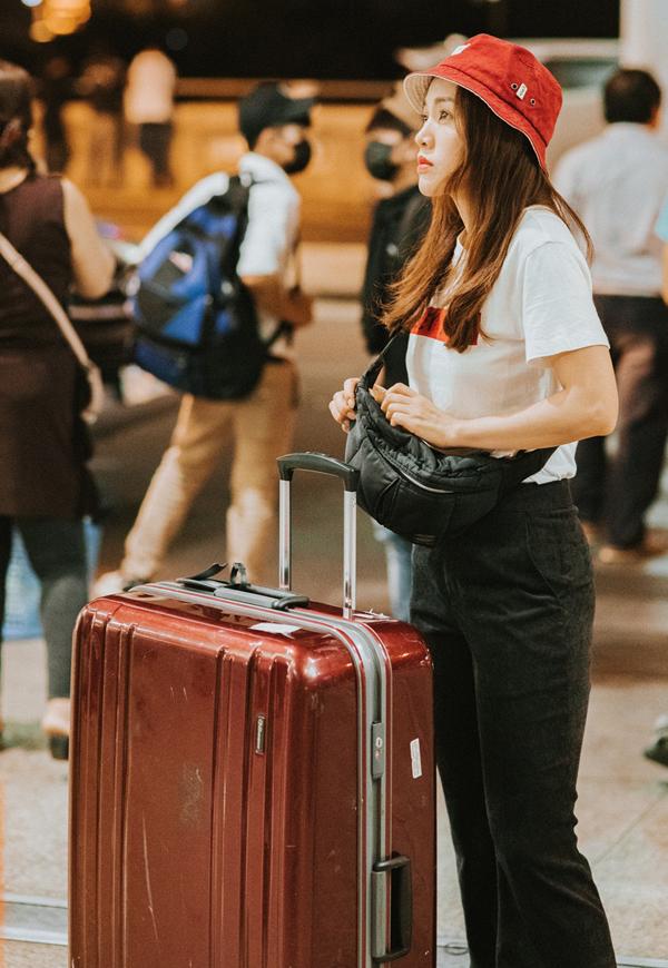 Giọng ca Em kể anh nghe đượm buồn trong phút chia tay chồng ở sân bay.