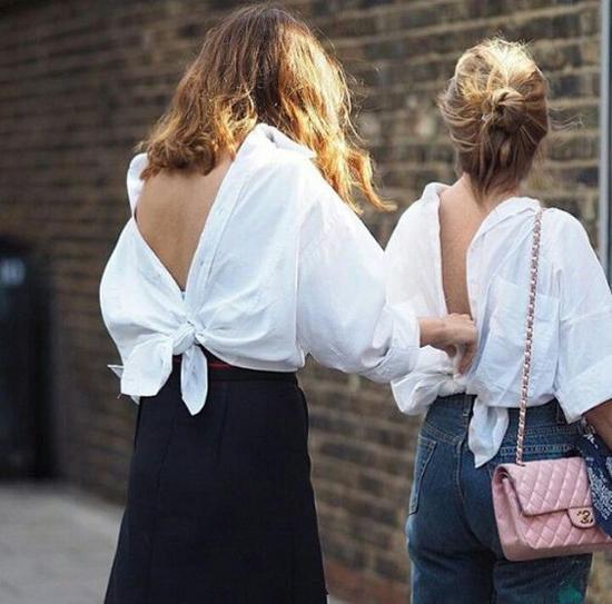 Nếu yêu thích mốt này, các nàng có thể sử dụng các mẫu áo sơ mi over size và đổi ngược cách mặc. Tuy nhiên nếu không thận trọng sẽ gây những sự cố lộ hàng đáng tiếc khi xuống phố.
