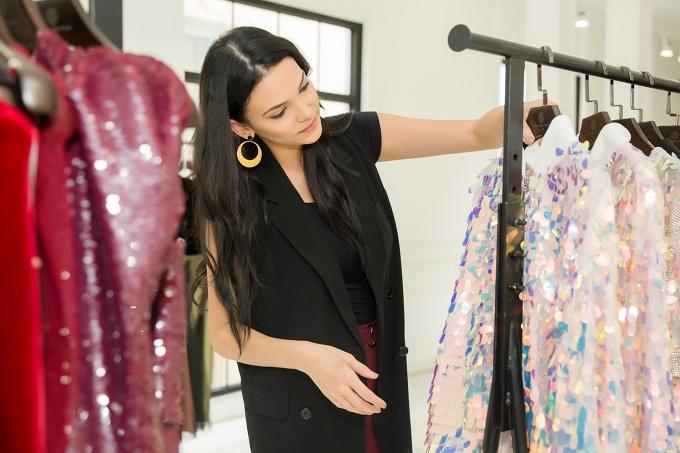Hoa hậu Siêu quốc gia 2018 - Valeria Vazquez Latorređang có chuyến thăm tại Việt Nam theo lời mời của doanh nhân Hải Dương. Tranh thủ thời gian rảnh, cô ghé thăm showroom của nhà thiết kế Chung Thanh Phong.