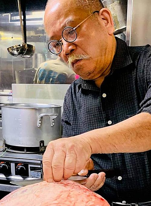 đích thân ông chủ của Phở Thìn đã sang Nhật Bản để chế biến và phục vụ khách hàng tại Tokyo. Đặc biệt, các loại gia vị, hương liệu, tiêu, ớt đều không đổi so với cửa hàng tại Việt Nam. Giá bán của 1 bát phở là 840 yên (tương đương 175.000 đồng).