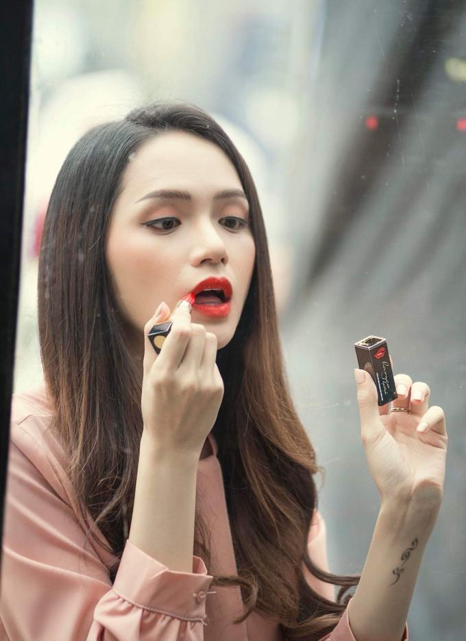 Hương Giang sử dụng thỏi son Havyco Lipstick trong một cảnh quay.