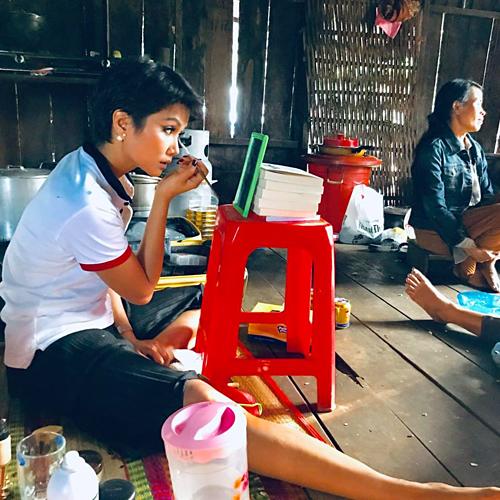 HHen Niê ngồi bệt dưới nền nhà tự make up đi sự kiện
