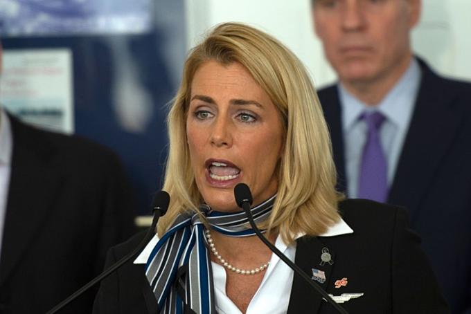 Chủ tịch Liên đoàn Tiếp viên Hàng không Mỹ (AFA) - Ssra Nelson - phát biểu trong một buổi họp báo về an toàn hàng không tại Sân bay Quốc gia WashingtonRonald Reagan ngày 24/1/2019. Ảnh:AFP.