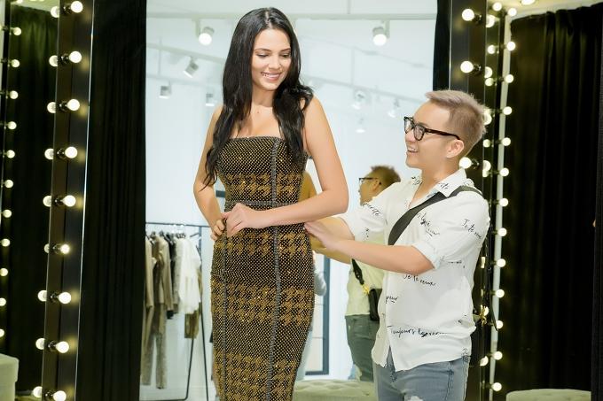 Vốn sở hữu hình thể nổi bật, đương kim hoa hậu được Chung Thanh Phong các mẫu váy ôm sát tôn dáng.